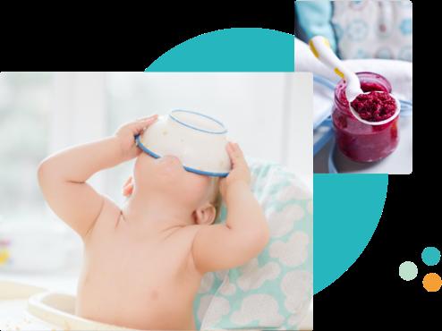 baby met schaaltje in de mond en op het hoodfd, potje met babyvoeding en een lepel