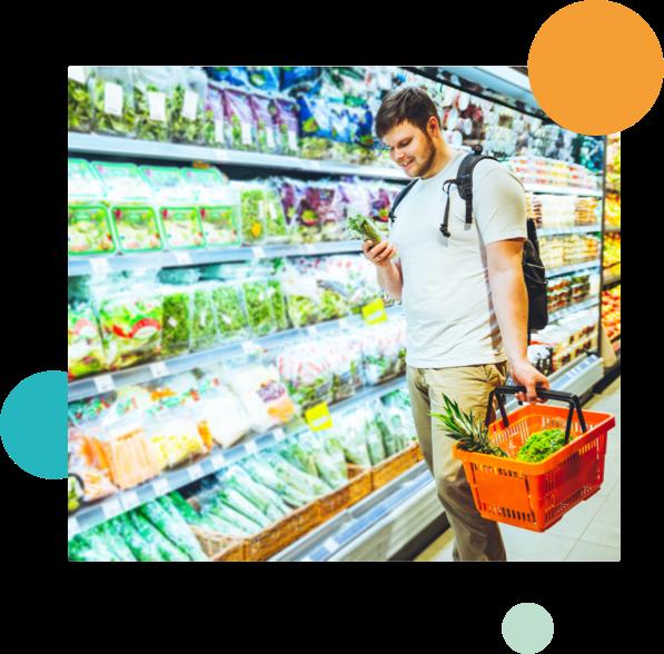 man in supermarkt bij groente-afdeling